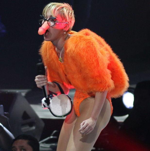 Miley Cyrus cu un penis întărirea și prelungirea erecției