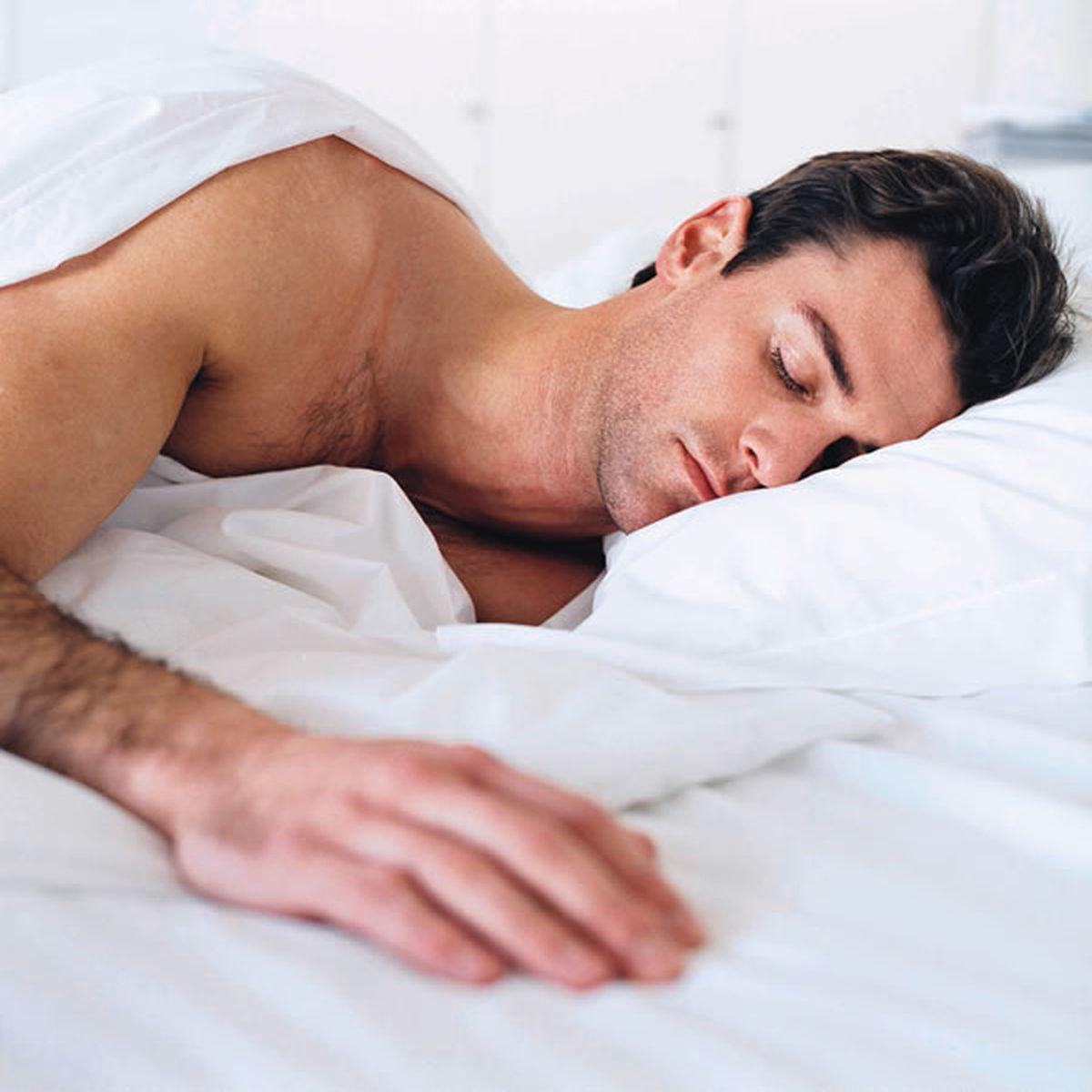 dacă o erecție te ține treaz stimulează penisul cu mâinile